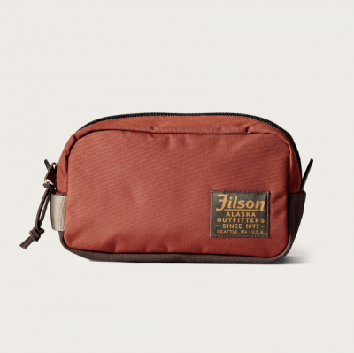 Filson Ballistic Travel Pack Rusted Red i gruppen  hos Sivletto (Filson-20019936-rusted)
