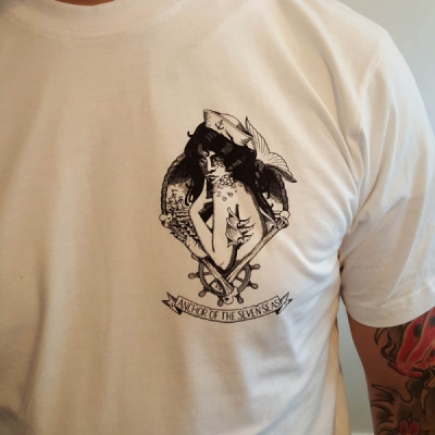 Anchor of the Seven Seas Mermaid White Tee i gruppen Rea! / Herr / T-shirts hos Sivletto - Skylark AB (w11202)
